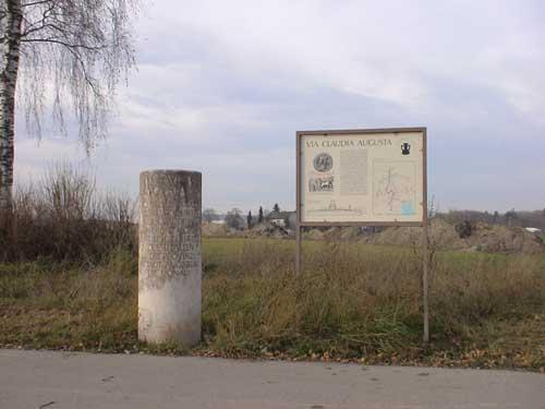 Die Via Claudia bei Langweid - Meilenstein und Schild